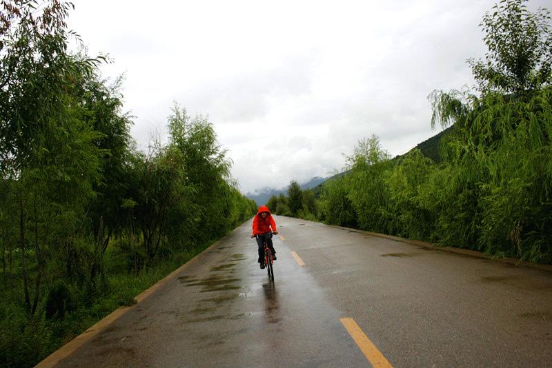 雨后山中小道上的骑行人.jpg